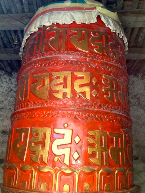By the entrance to Bragha there was this prayer wheel as large as a man. Every time it turn a whole round it rang a bell.