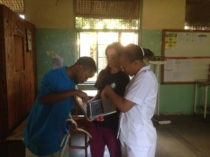 KJ is teaching a nurse at the female medical ward how to use the manual suction pump - which was suprisingly challenging, not just for the locals, but also for us (had to read the manual...)